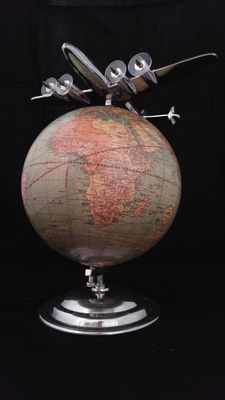 Lockheed Constellation plane grace a vintage globe