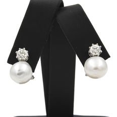 Short earrings and pair of Australian South Sea baroque pearls (diameter: approx. 11.3 mm) with 1.2 ct diamonds
