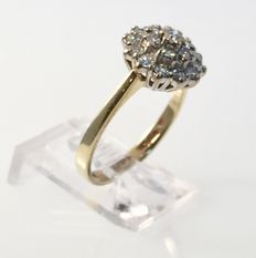 Geelgouden ring met 0.60 ct. diamanten in witgouden pavé zetting