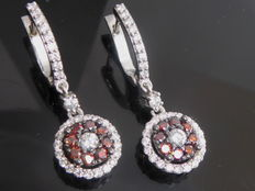 White gold ear studs set with exclusive intense fancy burgundy coloured diamonds, 1.25 ct in total