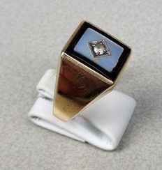 Gold 9 kt signet ring with mother-of-pearl and onyx