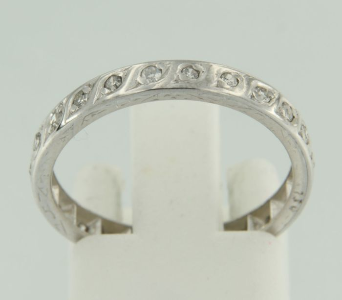 18 kt white gold full eternity ring set with octagon cut diamonds ring size 17 (53)