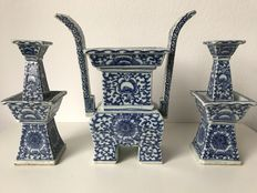 Blue and white porcelain altar set - China - 19th century.
