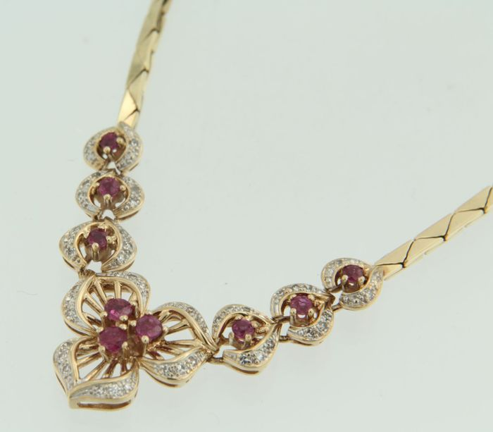 14 kt bi-colour gold necklace with a pendant with 54 single cut diamonds of 0.38 ct and 9 brilliant cut rubies of 0.60 ct, length 46 cm