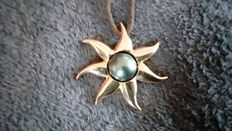 "18 kt yellow gold ""black"" sun pendant - 750/1000, 42.80 g with genuine Tahitian pearl of approximately 15 mm in diameter"