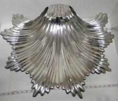 Silver centrepiece, resting on 3 legs - Spain, 20th century - Large shell-shaped.