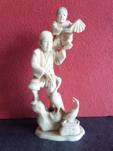 Ivory, okimono fisherman with son on shoulder and two cormorants - Japan - around 1920.