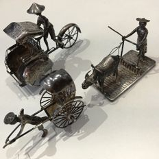 3 silver Djokja miniatures, of among others a rickshaw and farmworker with ox, 107 g silver – Java – Indonesia