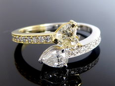 Colourful exclusive gold ring with a heart-shaped and a pear-shaped diamond & with 22 cut diamonds, 0.85 ct in total