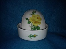 Meissen - Oval lidded box decorated with a yellow rose.