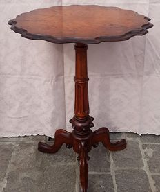 Small circular shaped table in thuya burl wood - English - second half of the 19th century.