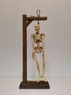 Hand-carved gallows - with hanging victim (37,5 cm high)