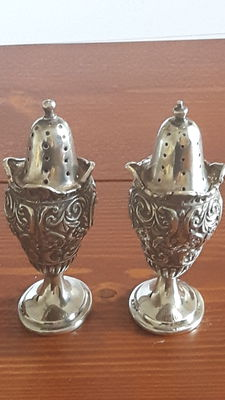 A pair of late Victorian silver pepperettes, Henry Matthews, Birmingham, 1896