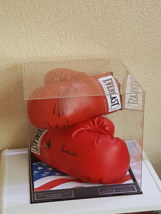 Muhammad Ali (RIP) and Mike Tyson - 2 hand-signed boxing gloves incl. notarial Letter of authenticity (LOA) from JSA (James Spence) and COA JSA