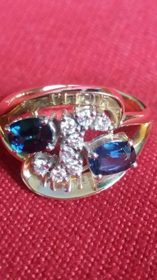 Bi-colour 14 kt gold ring with sapphire and brilliant cut