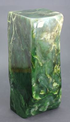 Fine, self-standing Nephrite tumble - 181 x 80 x 65mm - 2660gm