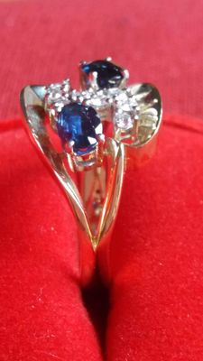14 kt bi-colour gold ring with sapphire and brilliant-cut diamonds
