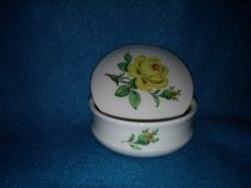 Meissen - Round lidded box, Dekseldoos, decorated with a yellow rose.