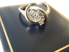 White gold, wavy ring with diamonds, 0.24 ct in total.