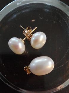 11 mm freshwater pearl pendant with 18 kt eye - one pair of 10 mm ear studs with 14 kt gold plugs