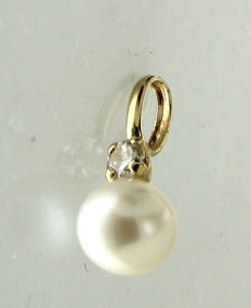 Yellow gold pendant with fresh water pearl and zirconia stone