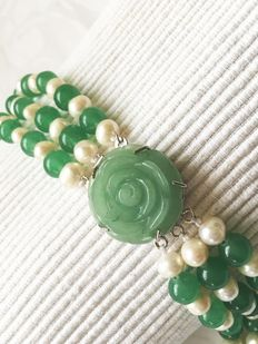 Bracelet of white Akoya pearls in combination with jade, with a rose-cut jade clasp