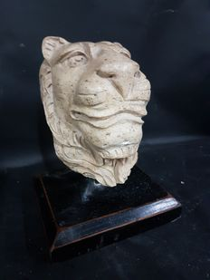 Impressing lion bust in marble - second half of the 20th century