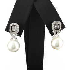 White gold earrings with brilliant-cut diamonds, baguette-cut diamonds and Australian South Sea pearls