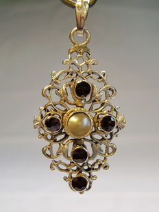 Victorian pendant with garnet and grey river pearl