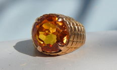 Unisex signet ring with faceted citrine on 18 kt yellow gold.