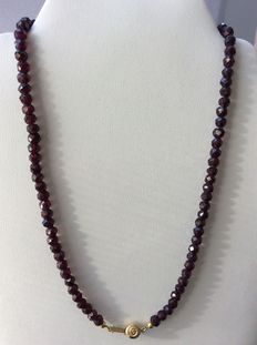Garnet necklace with a gold, spherical clasp, 14 kt, 44.2 cm