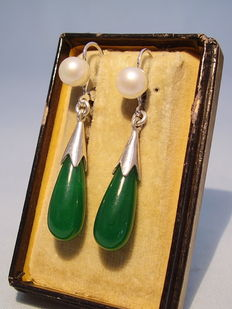 Earrings with aventurine-quartz droplets and genuine white pearls