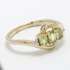 Estate 10kt Yellow Gold  Ring Set With Diamonds and Peridots