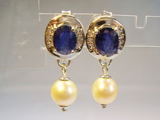 Earrings with natural blue sapphires (totalling approx. 2.4 ct) and real white pearls