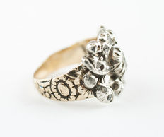 Yellow gold ring with silver head and flat diamonds