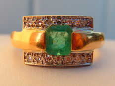 Signet ring in emerald and 2 lines of diamonds on 18 kt yellow gold