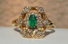 Gold Lacework Ring with Emerald and 30 Diamonds on 18 kt Yellow Gold.