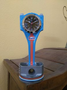 Exclusive ornament made with a piston and a connecting rod - GULF LE MANS WATCH