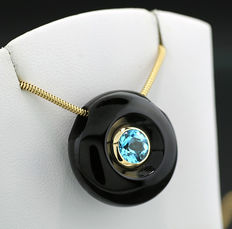 Pendant made of black agate with round facetted blue topaz 585 yellow gold