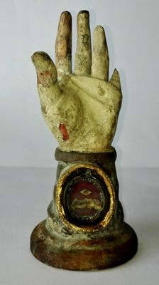 Polychrome and parcel gilt arm reliquary carved in wood, with S. Catharinae. Vid. relic - probably Italy-19th century