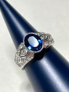 Ring in 18 kt gold with 2.8 ct Siam sapphire