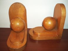 Two wooden bookends with round ball/Hilta Hilversum