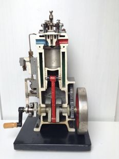 Demonstration model working diesel engine