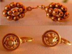2 pairs of old 18 kt yellow gold earrings