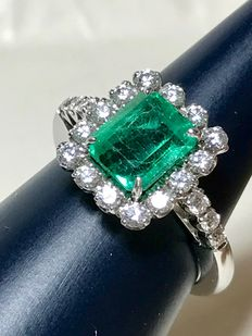 Gold ring (18 kt) with emerald (2.30 ct)