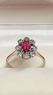 White gold (18 kt) ring with 1 ruby and 8 diamonds, 0.48 ct.