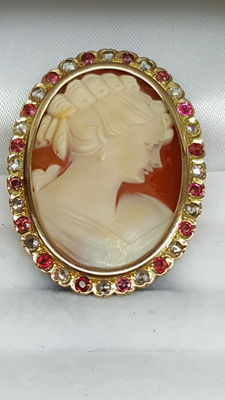 Yellow gold brooch of 18 kt with cameo, around 1960, set with diamond and rubies