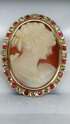 Brooch with cameo, around 1920, 18 kt yellow gold set with diamond and rubies