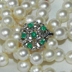 Japanese Akoya pearl necklace - 7.4 mm diameter pearls with white gold clasp with emeralds approx. 0.42 ct