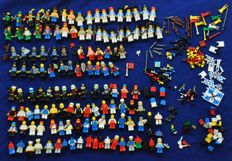 Assorted - 110 mini figures + accessories + street plates + bricks + trees + manuals